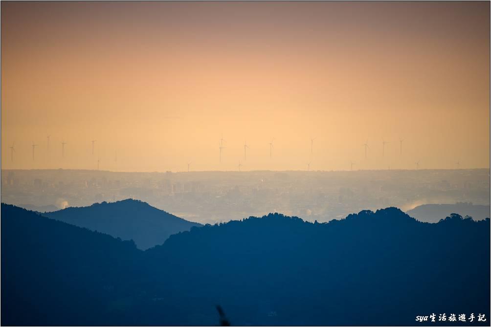 從營地可以還可以遠眺竹南海濱的風力發電設備