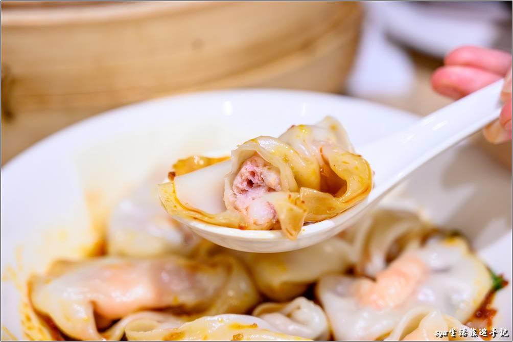 鼎泰豐的這紅油炒手真的是很不錯,醬汁口味酸中帶辣,香氣與味覺的刺激並行於口中,再搭著頗有彈性的蝦肉餛飩,哇!真的是超棒!