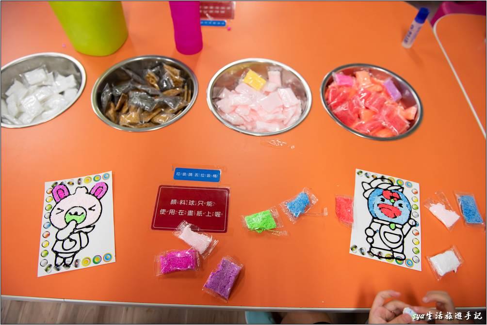 一旁還有可以手作的美勞區,只要到櫃台買樣板的紙,一旁的桌子上會提供相關著色需要的顏料球。怕熱的小朋友或是家長可以選擇這裡,讓小朋友開心的完成她們的作品,家長則可以在這裡好好休息一下。