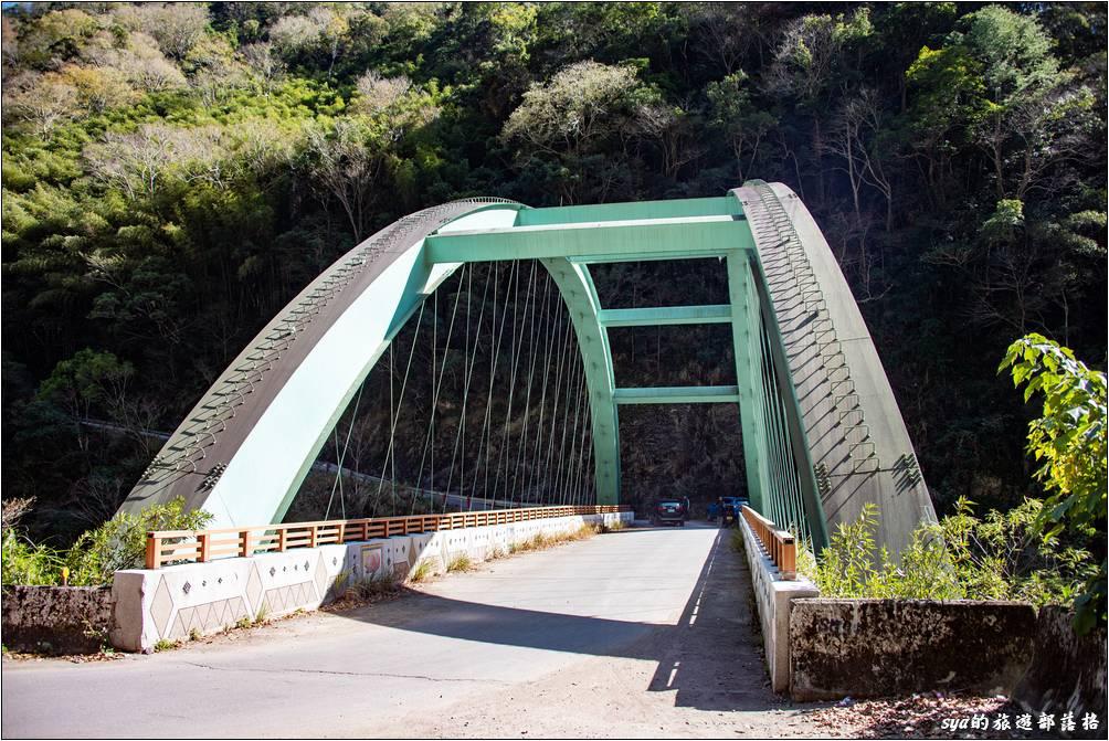 司馬庫斯大橋位於司馬庫斯產業道路約4公里處的位置,在這裡可以好好休息一下,再來就是連續八公里的水泥鋪裝道路,抖抖抖...