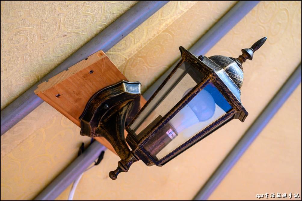 帳內有一個室內燈,以及通風的旋轉通風口。夜間帳內亮度還算OK,但如果喜歡比較明亮的光線,還是可以再攜帶些燈條或是LED燈輔助。