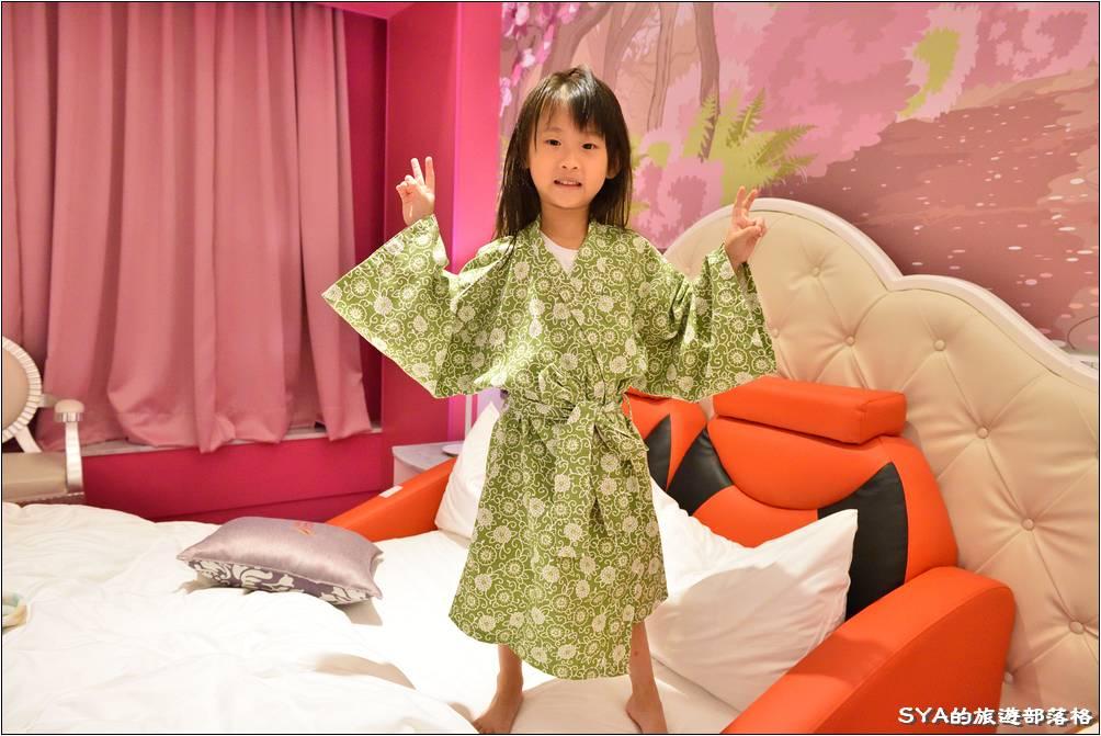 全家泡完湯後,應景的讓樂樂貝貝穿起飯店的浴衣。第一次穿浴袍之類的衣服,兩個人都超愛的!