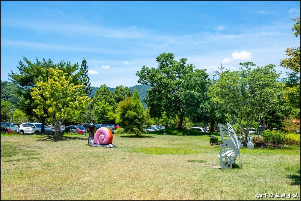 從停車場到用餐的蝴蝶咖啡館會穿越一片的綠地,草地上還有各種昆蟲的裝飾品,是駐足打卡的好地方。