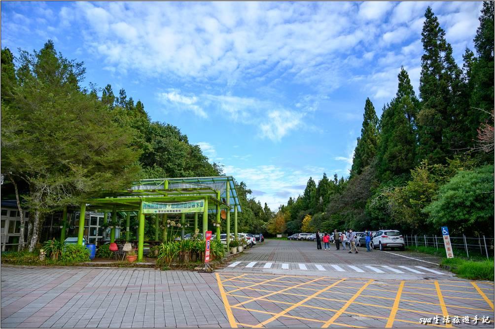 服務中心前方的一側為農銷中心以及停車場