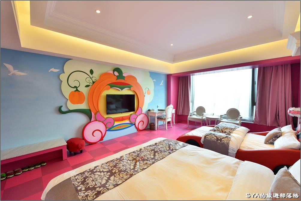 客房的寬間十分的寬敞,挑高的部分即便使用了間接照明,整體的高度還是完全沒有壓迫感、非常的舒服。