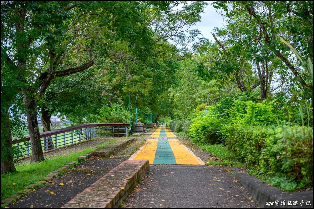 無論是宜蘭河左岸或是右岸河堤上的自行車道、人行步道環境都很不錯,道路多位於林蔭之下。在這次造訪了津梅棧道後,我們家下一趟的宜蘭行,就計畫來宜蘭河的河堤騎自行車,或是直接在宜蘭河畔的草原自行車道騎乘。