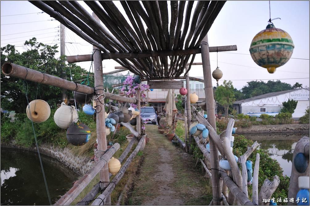 2010年去時,漁塭間的走道還有造景,2020再訪時,這裡地貌已經有了偌大的改變,部份漁塭已經填起,變成民宿的停車場地。鹽鄉民宿使用了大量的漂流廢棄物,以及漁村的塑膠浮球、漁網來作為民宿的裝飾,突顯了漁村的在地特色。