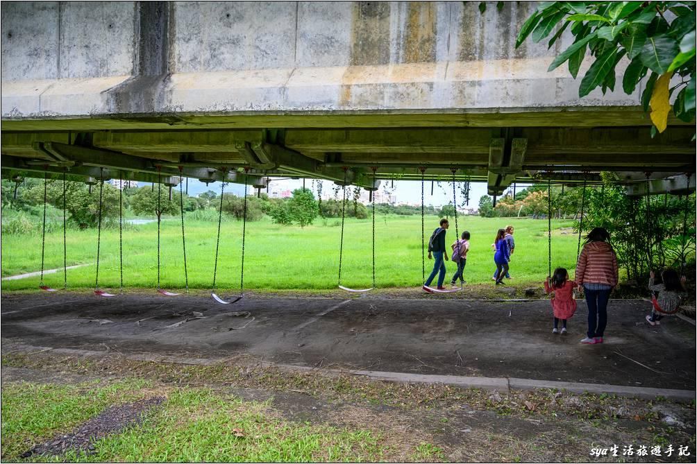 津梅棧道下的遊樂設施