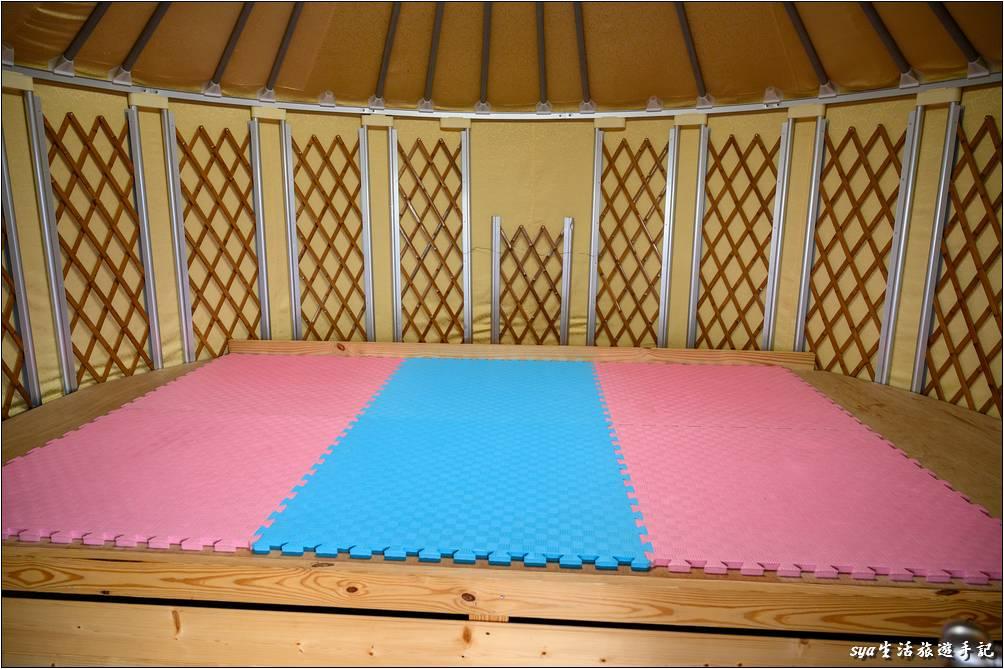 木板的寬度是還蠻寬敞的,我們一家四口大概一條藍色、一條粉紅色就可以睡得下。但就是這個木板上的鋪墊稍硬,所以背部支撐會比較不足,習慣軟床墊或是矽膠床墊等的朋友,可以多帶個床墊。