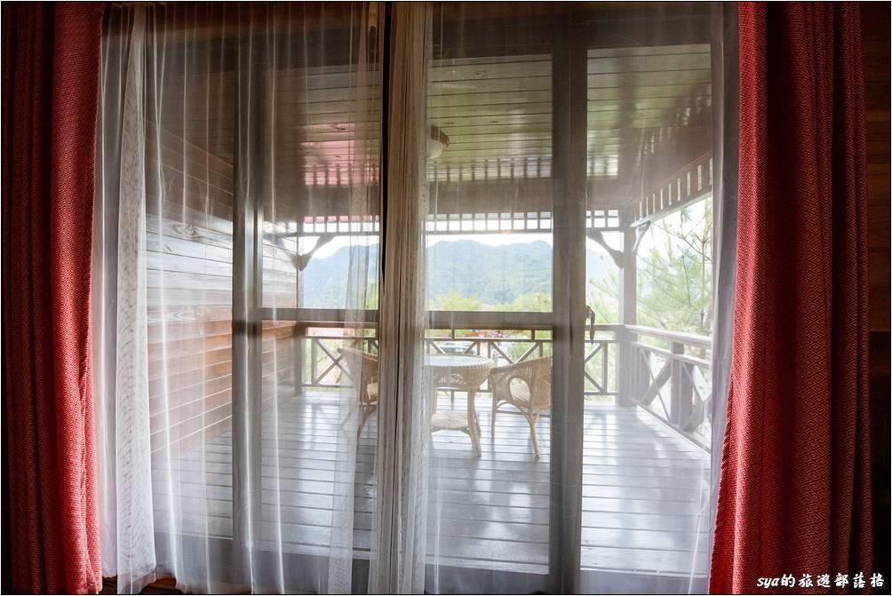 新迦南小木屋的每個房型都有對外的陽台,這陽台真的很舒服、而且景觀超棒!