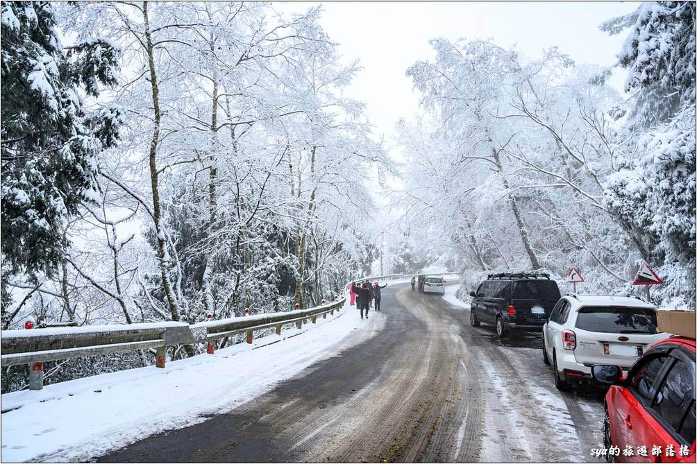 下了雪,世界都不一樣了!雖然前幾天還冷到躲在家中開暖氣,上了山,雖然車上的是外溫度計顯示著「-4.5℃」,但居然興奮到不用穿外套!體感溫度真是個太不理性的事情。