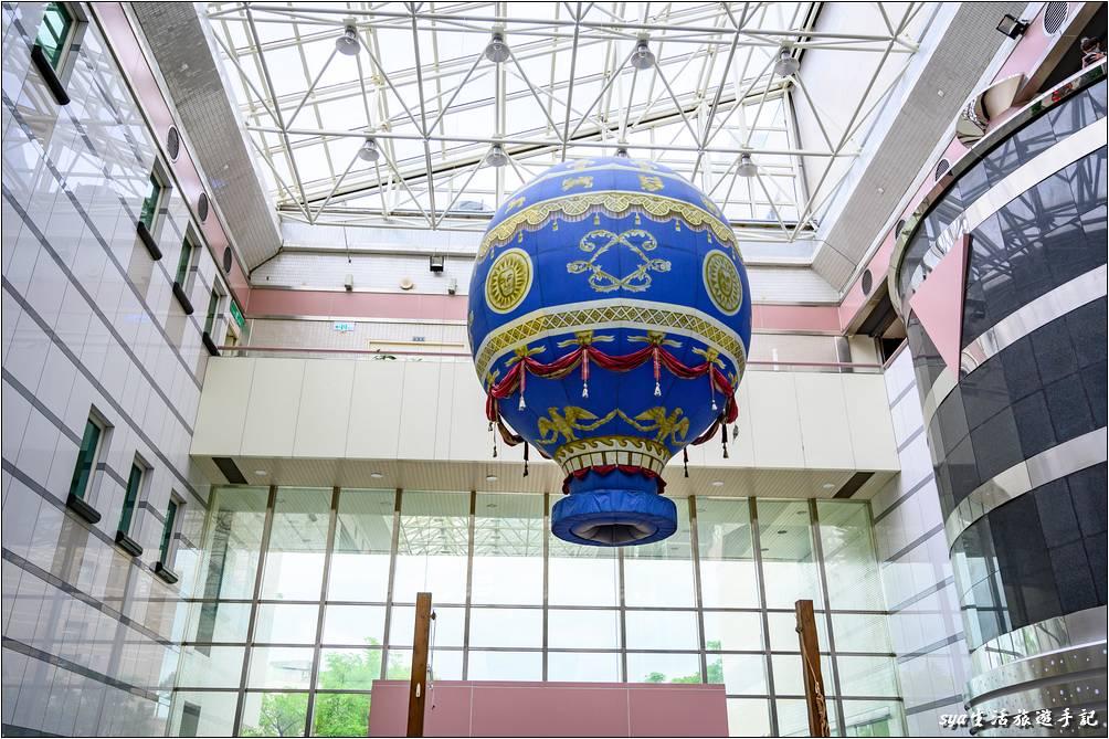 這個熱氣球位於一樓的大廳,通往四樓宇宙車的電梯旁。每30分鐘會升空一次,在還沒到台東搭乘真正的熱氣球前,讓小朋友先來開開眼界!