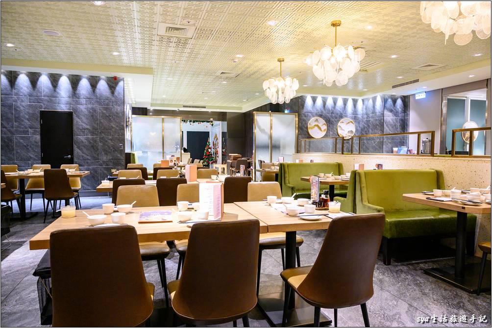樂天皇朝大直店的裝潢風格與微風信義略有不同,走的是比較現代、俐落的風格,很適合上班族或是闔家前往聚餐。