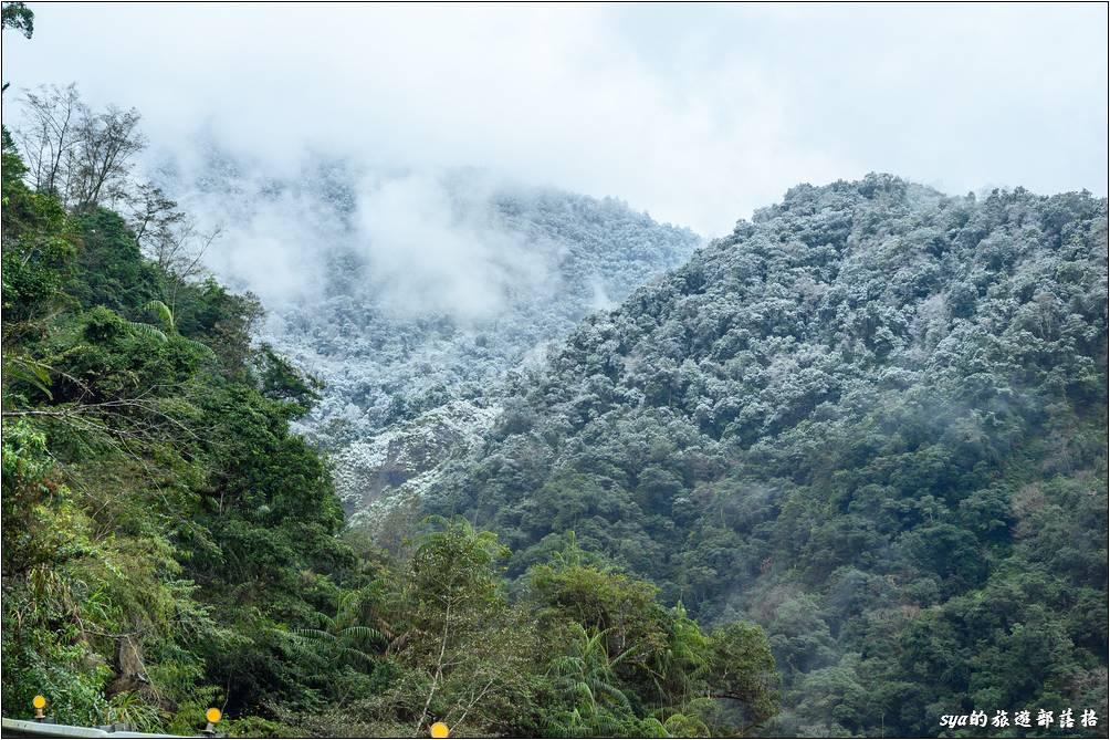 隨著天色慢慢變亮,遠處的山頭被微微的白雪覆蓋,哇!這一晚什麼都值得了~