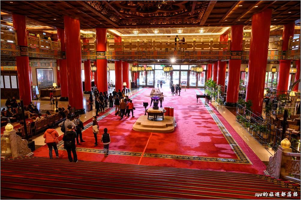 站在周公制禮作樂銅雕前俯瞰整個圓山大飯店的大廳