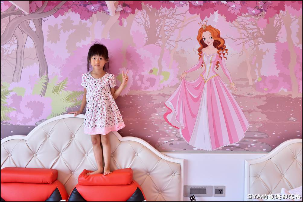 兩個人都爭相跑到床頭,想要跟牆上的公主合照。這一整片的牆上宮主彩繪真的是太夢幻了~