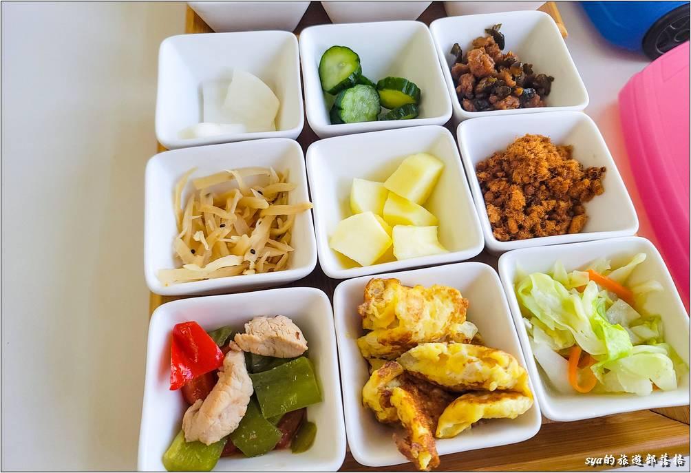 上圖是大人的餐點。搭配著熱騰騰的稀飯,是頓很豐盛的早餐;下圖則是小朋友的飛機餐。