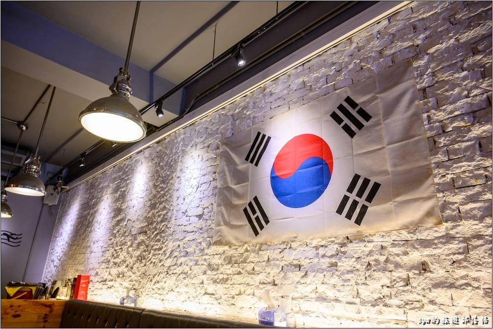 韓風堂手作韓食的裝置十分的具有韓風,牆上的國旗則更有來場異地旅遊的錯覺