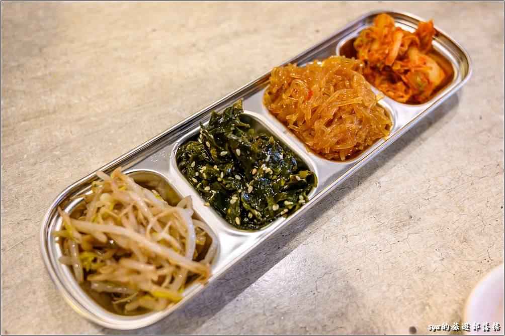 上桌的小菜是無限量供應的,而且每次都是補得滿滿的!