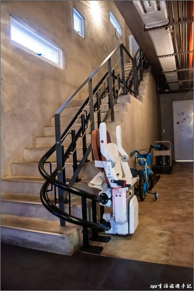海境雖然沒有電梯,但有電視廣告中看過的樓梯升降椅,因此行動不方便的朋友也不用擔心上下樓層的問題。同時大型行李的部份,民宿也會透過這個樓梯升降椅送至你的住房門口,十分的貼心。