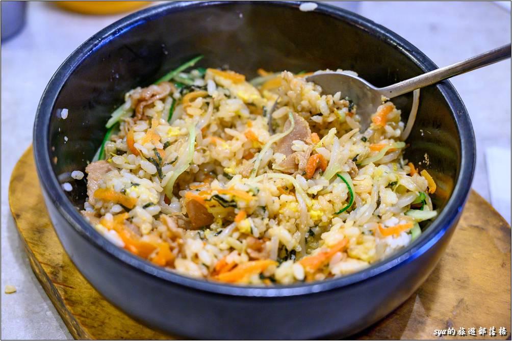 在高溫的鍋碗中,快速翻炒配菜與餡料,一碗屬於自己的拌飯就要出爐囉!這裡的拌飯飯不會太濕,其他的配菜量則是剛剛好,不會搶了拌飯高溫翻炒後的口感。推薦!