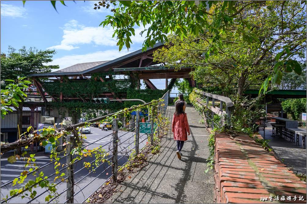 如果是從環河路的河堤走,左手邊就是往宜蘭縣社服館,右手邊往上的階梯就是觀景台的位置。