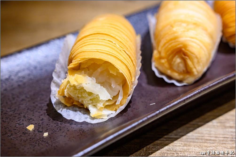 羅蔔絲酥餅外酥內軟,外層是金黃色精緻層疊的百摺酥皮,一咬開裡頭包著滿滿軟嫩的蘿蔔絲