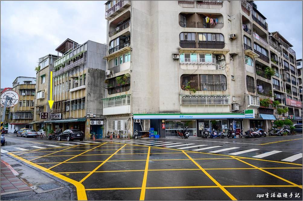 文昌小吃就位於天文館後方的美崙街,走出天文館後左轉,黃色箭頭的位置就是它的所在。