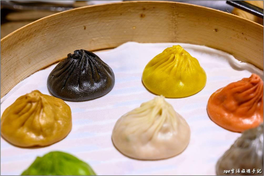 上面由左至右分別為鵝肝、黑松露(黑)、起司(黃)、蟹粉