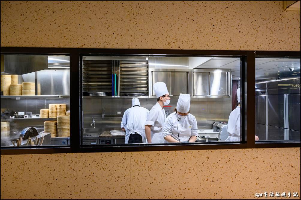 樂天皇朝師傅的工作空間也與目前時下的許多小籠包店類似,從透明的大窗戶就可以清楚的看到裡面乾淨的工作環境狀況。