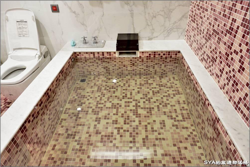 這浴池超大,我們全家四口一起泡進去,空間都都還十分的寬裕。這也是我們家第一次一起泡湯的經驗,真的是很幸福的體驗唷!