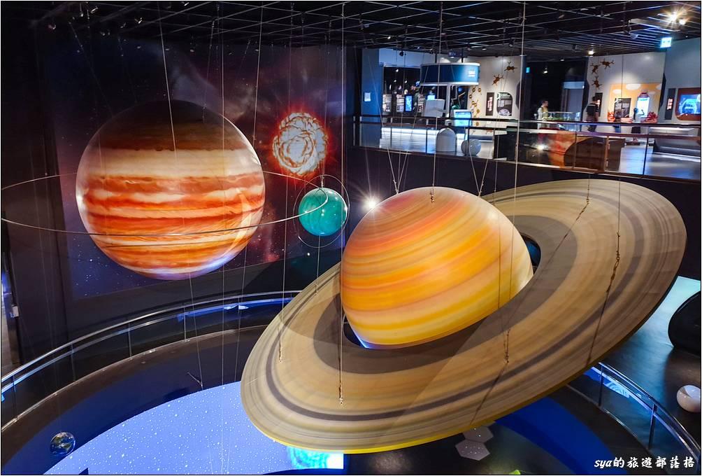 從三樓這裡就可以看到樓下太陽系區的大型模型