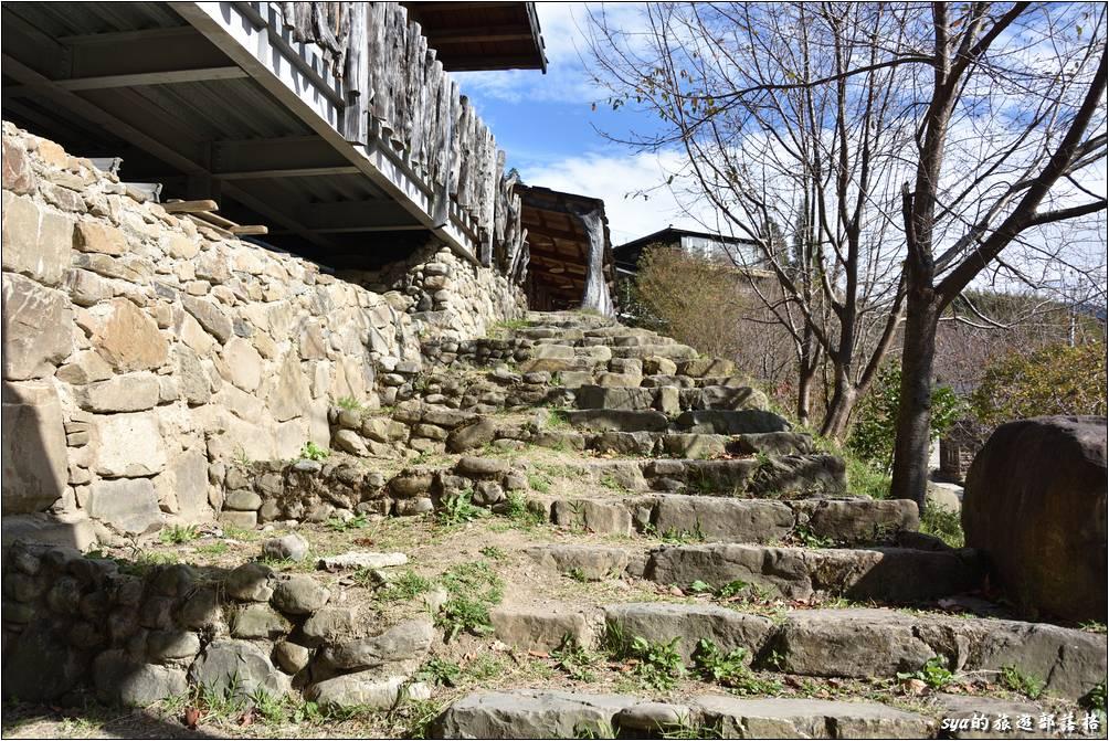 順著籃球場旁的階梯,我們來上去看看部落的教室吧!