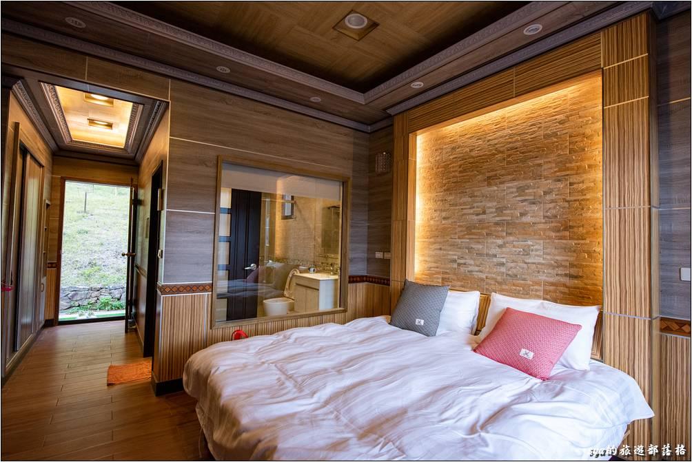 浴室與主臥的隔間採透明的隔間設計,有種住到飯店裡的感覺。