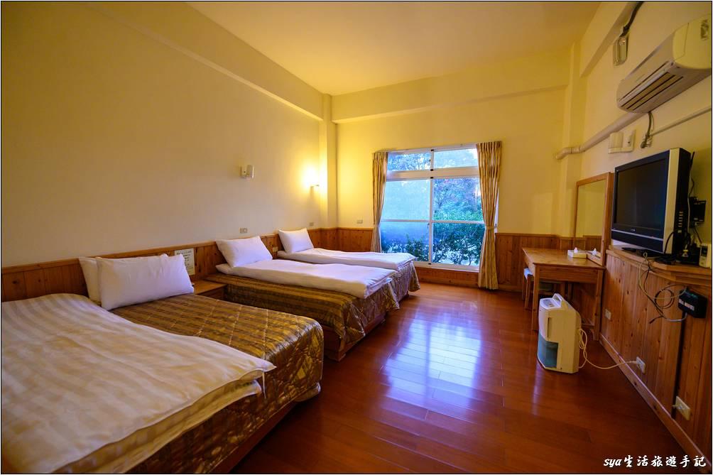 四人房空間頗為寬敞,室內有除濕機提供房內乾爽舒適的空氣,鬆厚保暖的棉被讓人一夜好眠。但這裡不提供一次性的盥洗用具,因此想是牙刷等的裝備,記得要自己攜帶上山唷!