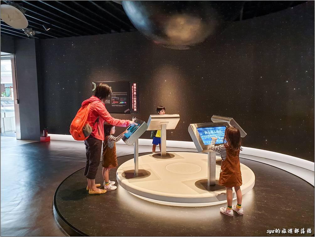 外星生命探索區,可以讓小朋友模擬發送電波到外太空