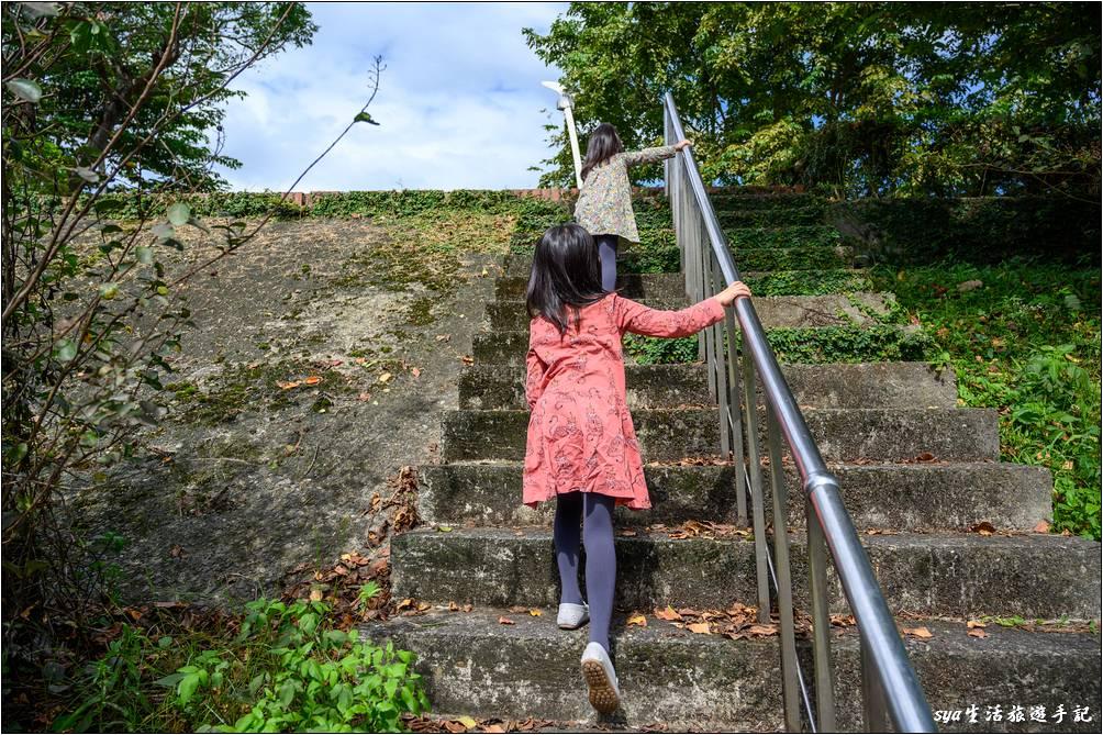 要前往津梅棧道,可以從宜蘭縣政府社幅館的連接步道走過去,或是從環河路的河堤走過去。上圖就是環河路河堤的階梯,在環河路上有很多這樣上切的階梯,爬上去後沿著河堤往慶和橋的方向即可。