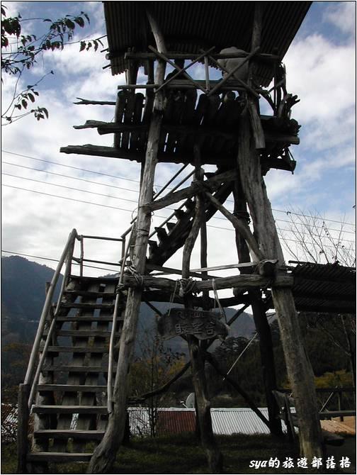這張是2005年時的瞭望台,後方還只是個一層樓高的鐵皮屋。司馬庫斯從黑色部落,瞬間升級為一個富有的小村落了!
