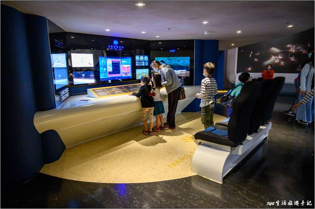 順著出口出來就是位於火星上的太空城市,這裡的設施有大型太空探測車模型、遙控小型探測車、火星科學中心、火星任務指揮站。透過一些聲光遊戲與設備的操作,可以體驗一下太空人的生活!
