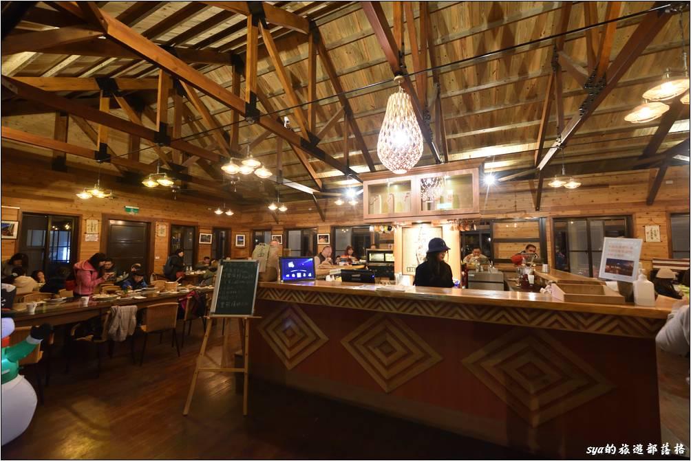 咖啡屋的用餐處可以選擇中間櫃臺旁的吧台處、或是一旁適合多人的長桌、或是外側(室內)可賞景的景觀長廊處。如果要來此用中餐或晚餐,建議事先預定,這樣部落也比較好預估食材數量。