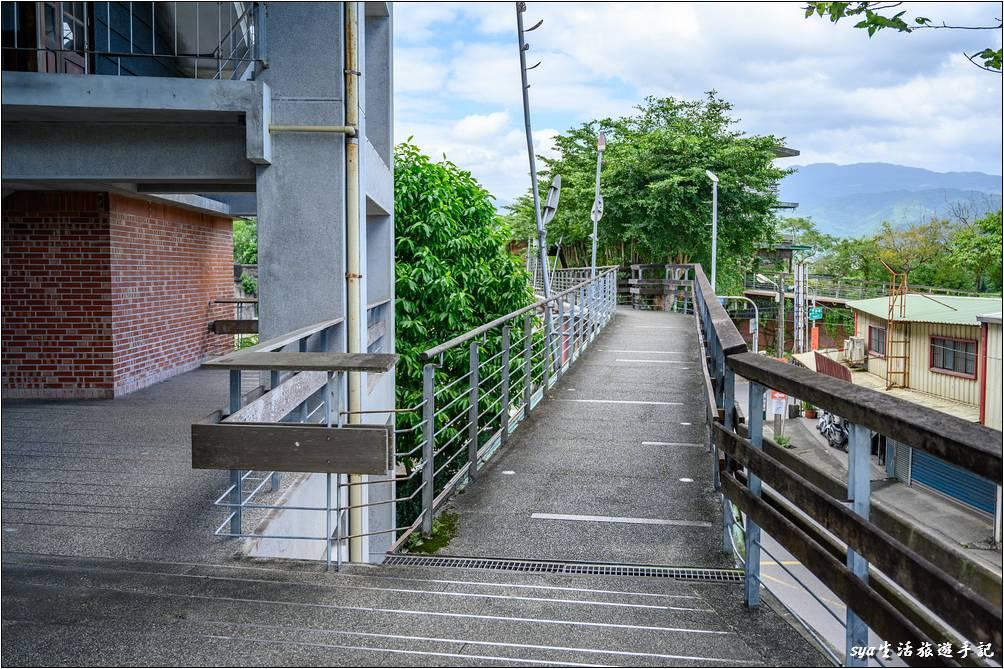 宜蘭縣社服館有一條便道可以直接連接至河堤與津梅棧道