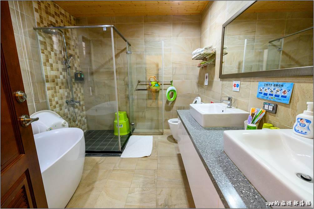房內的衛浴空間十分的寬敞,小泡澡盆、輔助小馬桶、小凳子、兒童備品...等,一應俱全!