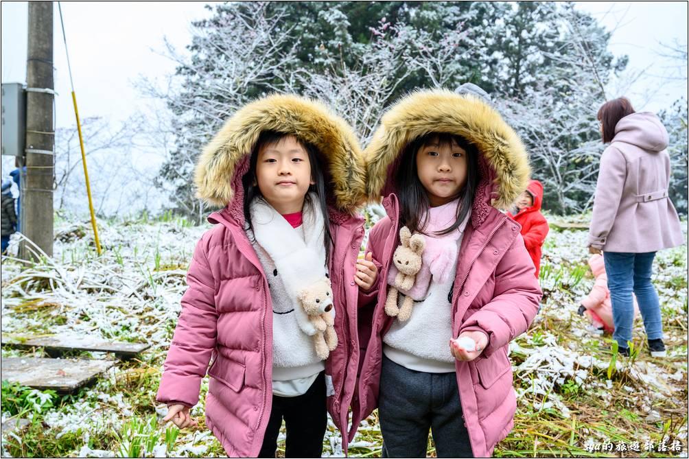 樂貝繼上週去走「見晴懷古步道」第一次摸到地上的「殘冰」後,這次第一次摸到軟綿綿的白雪!解鎖!
