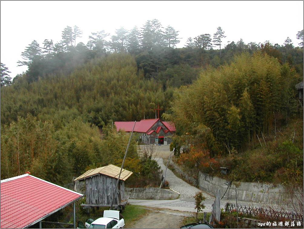上面這張是2005年時的部落教會,大家可以比比看與現在的教會有什麼不同。