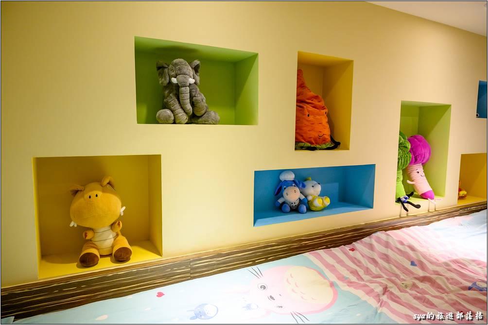 二樓床鋪邊的牆上同樣也有很繽紛的擺飾,每一格都有不同的繽紛、不同的可愛玩偶!