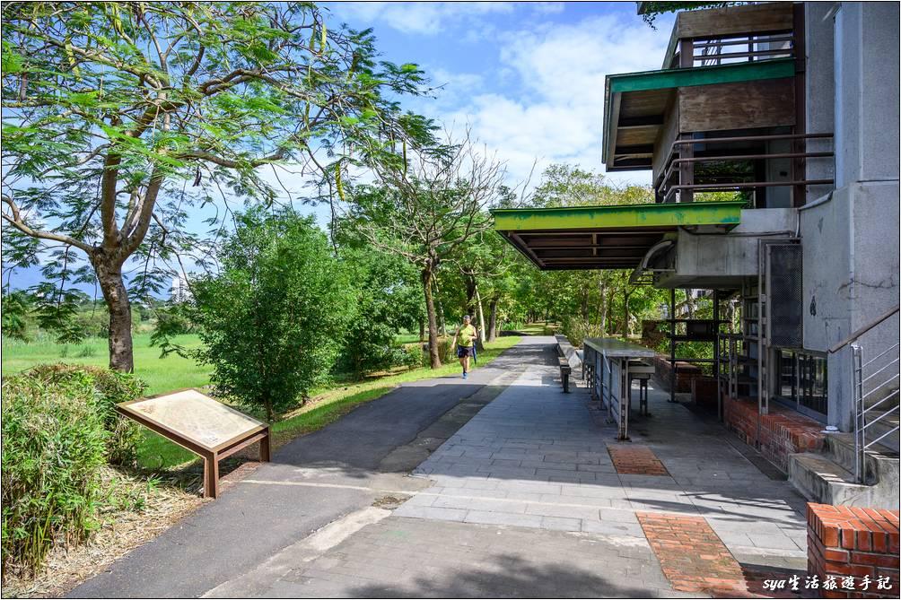 宜蘭河左岸、右岸都有河堤步道,不少人在這個步道上健走或是騎自行車,環境非常的清幽。