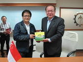 20141030新加坡化學工會聯合會來台訪問:圖05雙方互換紀念品.JPG