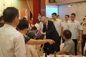 1040706全國產業總工會第五屆第4次會員代表大會:圖13吳副總統與幹部寒暄家常.JPG