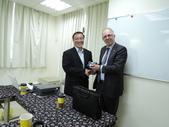 1031120紐西蘭資深政府官員來訪:1031120紐西蘭政府資深官員來訪贈送小禮物.JPG