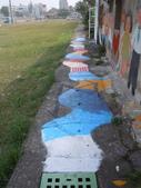 102.11.07 [台南彩繪] 警察新村:地上(雖然是水溝)也有一部分有做彩繪